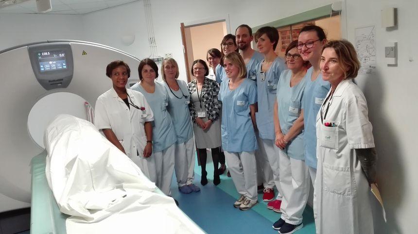 L'équipe de l'hôpital en compagnie de la patiente dans son sac mortuaire