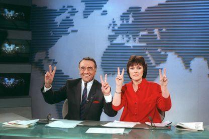 Les présentateurs du journal de 13 heures, Yves Mourousi (à gauche) et Marie-Laure Augry, le 18 février 1988 sur le plateau de TF1, pour le dernier journal d'Yves Mourousi