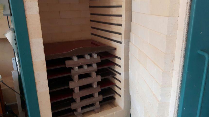 Les plaques de lave émaillée avant leur cuisson