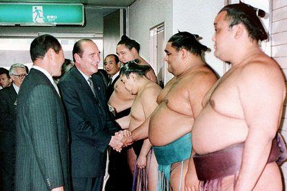 Jacques Chirac  a été accueilli par les lutteurs de sumo avant leurs matchs du Tournoi de Grand Sumo Kyushu à Fukuoka, dans l'ouest du Japon (21 novembre 1996)