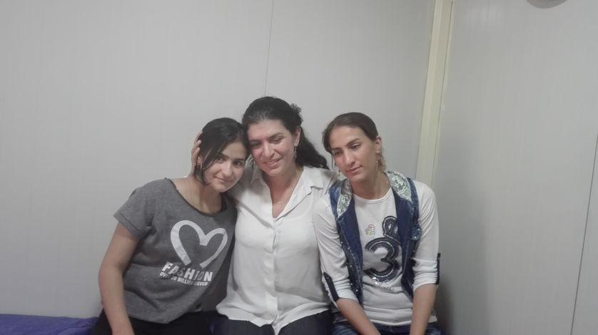 Nadjma et Nadjwa, deux anciennes esclaves de l'Etat islamique aujourd'hui soignées par Elise Boghossian (au centre) dans une clinique d'Elisecare