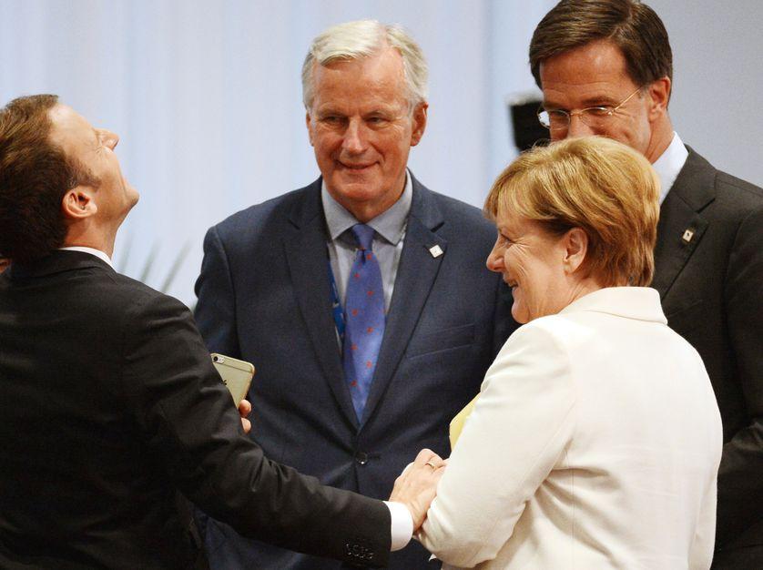 Le chef de l'Etat Emmanuel Macron avec Angela Merkel avant l'ouverture de la réunion du Conseil Européen à Bruxelles.