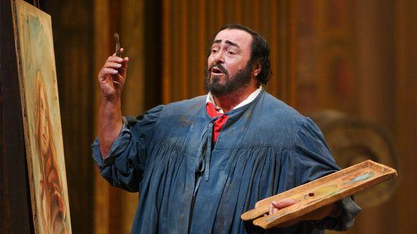 Pavarotti sur la scène du Met de New-York, en 2002, faignant de peindre pour le rôle de Mario Cavaradossi, dans l'opéra Tosca de Puccini