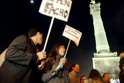 Plusieurs milliers de personnes manifestaient le 21 avril 2002 (sur cette photo, place de la Bastille à Paris), pour protester contre la présence du président du Front National, Jean-Marie Le Pen, au deuxième tour des élections présidentielles