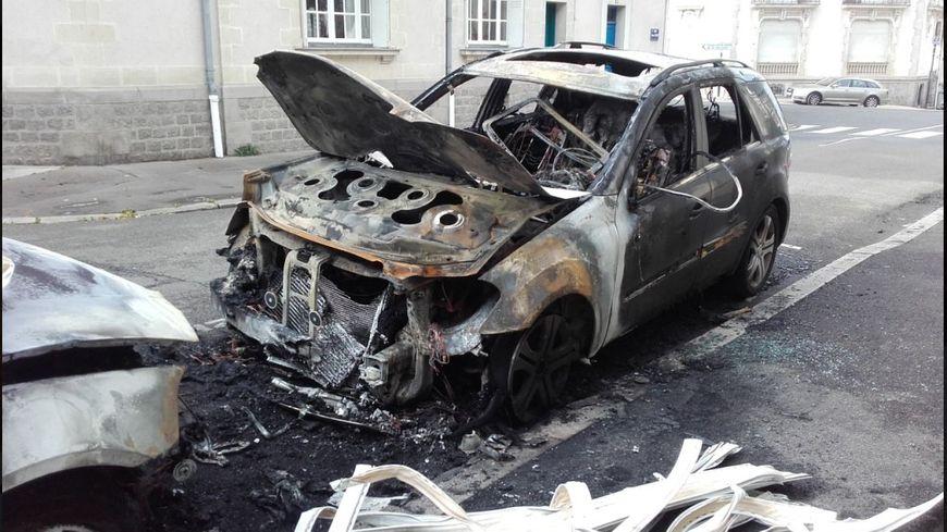 l 39 incendie de deux grosses voitures dans les rues de nantes revendiqu sur un site anticapitaliste. Black Bedroom Furniture Sets. Home Design Ideas