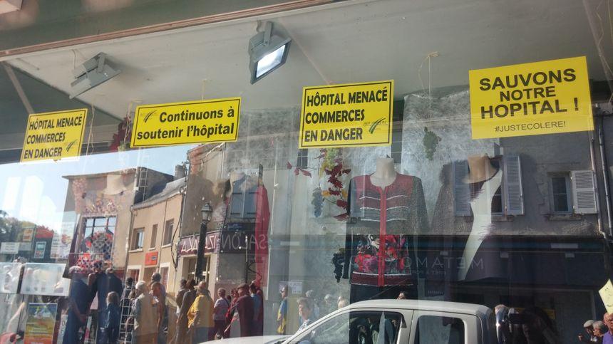 Les commerçants ont indiqué leur soutien à même la vitrine.