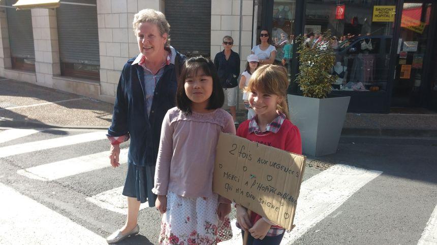 Camille, 9 ans, a elle aussi sa pancarte pour défiler.