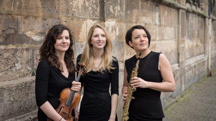 Clara ABOU (violon), Emilie HEURTEVENT, (saxophones) et Anne de FORNEL (piano) forment le trio Empreinte