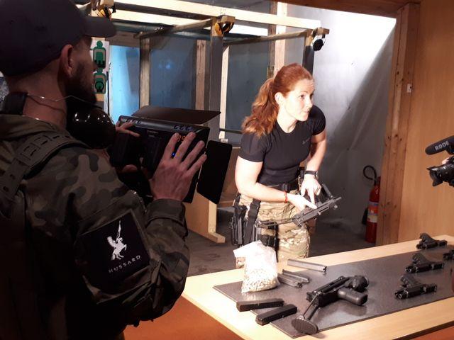 L'instructrice polonaise, membre des forces spéciales, présente aux stagiaires un pistolet mitrailleur.