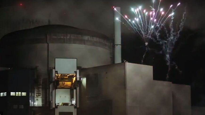 Les militants de Greenpeace disent avoir tiré un feu d'artifice dans l'enceinte de la centrale.