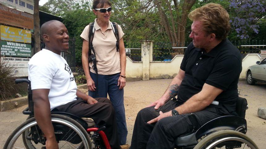 Déo, Isabelle et Yann en pleine discussion dans un jardin d'Arusha.