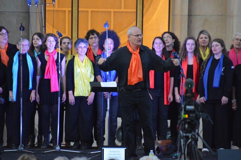 Le chef de chœur, Jean-Paul Baget, dirige une chorale à l'occasion de la 30ème Journée mondiale pour vaincre la pauvreté, organisée par ATD Quart Monde sur l'esplanade du Trocadéro en octobre 17, 2017 à Paris.