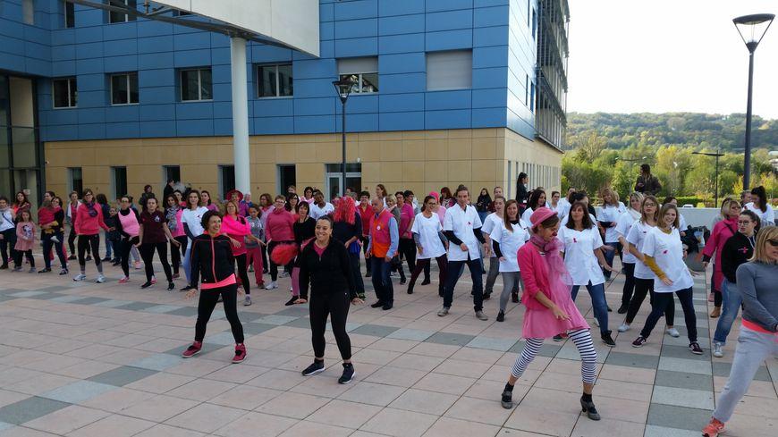 C'est la 1ere fois qu'une zumba rose était organisée à l'hôpital Pierre-Oudot.