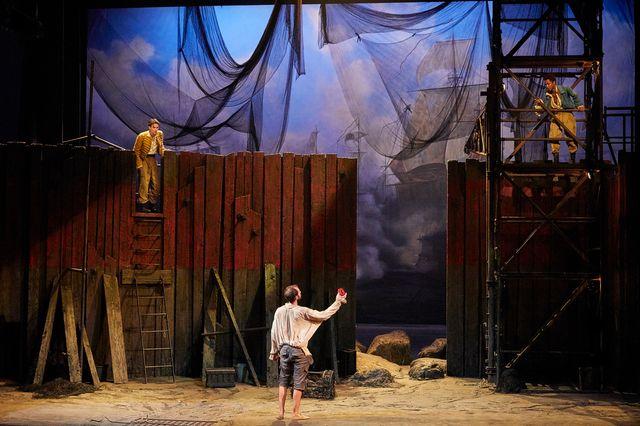 """En haut à gauche : Julien Frison (Octave), à droite, Gaël Kamilindi (Léandre) et en bas, de dos : Benjamin Lavernhe (Scapin) dans la mise en scène des """"Fourberies de Scapin"""" par Denis Podalydès"""
