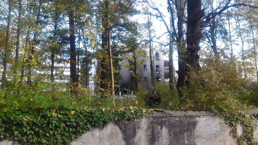 L'incendie des voitures a noirci la façade des logements de la caserne de gendarmerie.