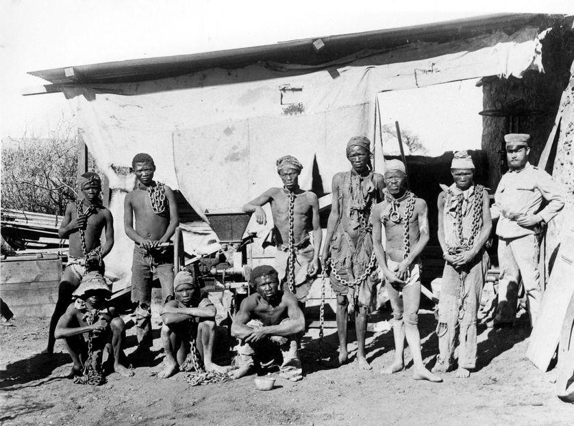 Des prisonniers de guerre namibiens. Pendant la guerre menée par les allemands en Namibie, de 1904 à 1908, les deux ethnies Herero et Nama ont été massacrées.