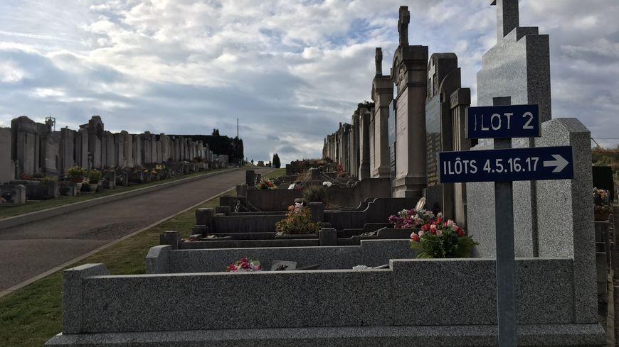 En plus des panneaux, la ville de Saint-Etienne va équiper ses cimetières de bornes numériques interactives.