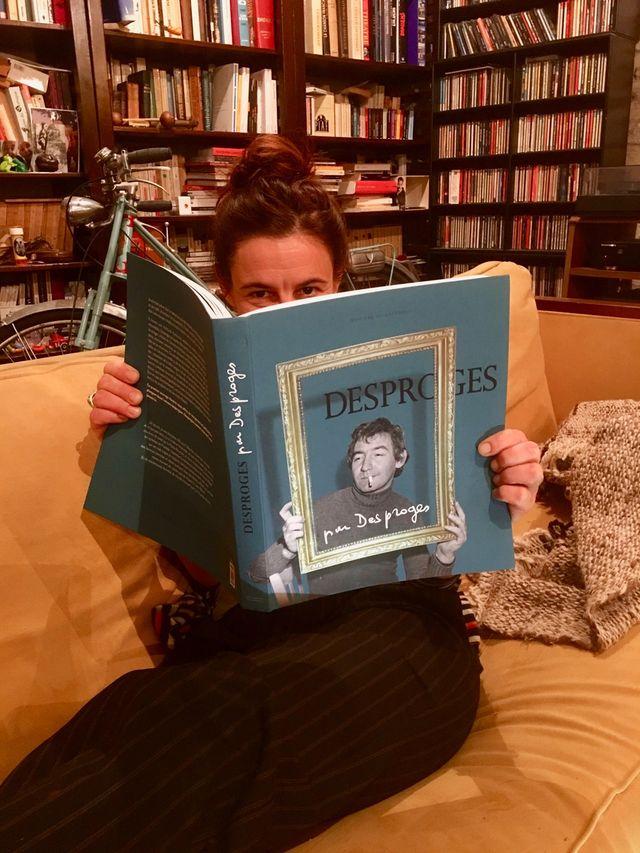Perrine Desproges entre les pages de son livre hommage