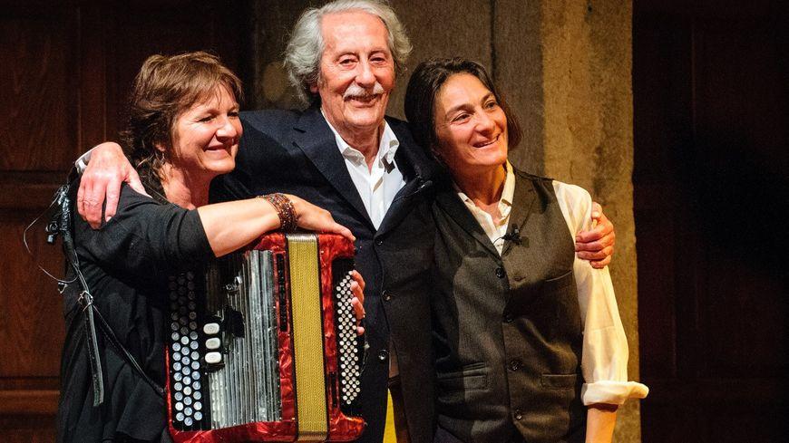 """Jean Rochefort, la musicienne savoyarde Nathalie Bouchou, et Stéphanie Tesson soutien de l'association """"Agitateurs de Rêves"""", lors du festival Coup de Théatre en 2014 à Annecy"""