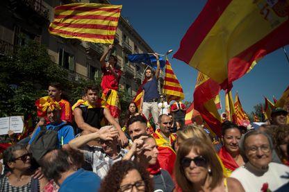 Drapeaux catalans et Espagnols côte à côte pour affirmer l'unité du pays, lors de la manifestation de la Société Civile Catalane, le 8 octobre 2017.