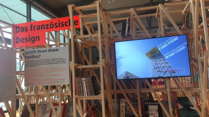 Vous aimez le pavillon ? Conçu à St-Etienne, capitale française du design, est-il écrit dans les deux langues à côté d'une vidéo de promotion qui tourne en boucle.