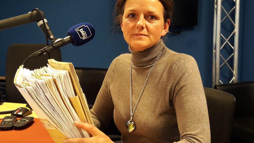 Sylvie Chéreau tient dans ses mains une journée de courrier! Elle est devenue en quelques jours la porte-parole de centaines de victimes du nouveau Lévothyrox