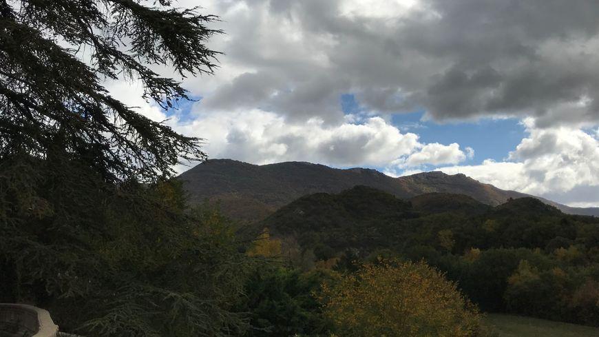 Si ce projet aboutit, les 8 éoliennes seraient implantées sur ces collines au fond, que l'on aperçoit là depuis le jardin d'Evelyne Perret, vice-présidente de l'association Sauvons la Raye.