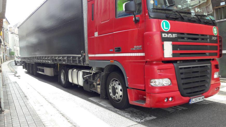 La Départementale 931 traverse le centre-ville de Nogaro et les poids-lourds passent très près des trottoirs
