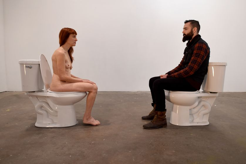 """L'artiste conceptuelle et comedienne Lisa Levy, dans une performance intitulée """"The Artist Is Humbly Present""""."""