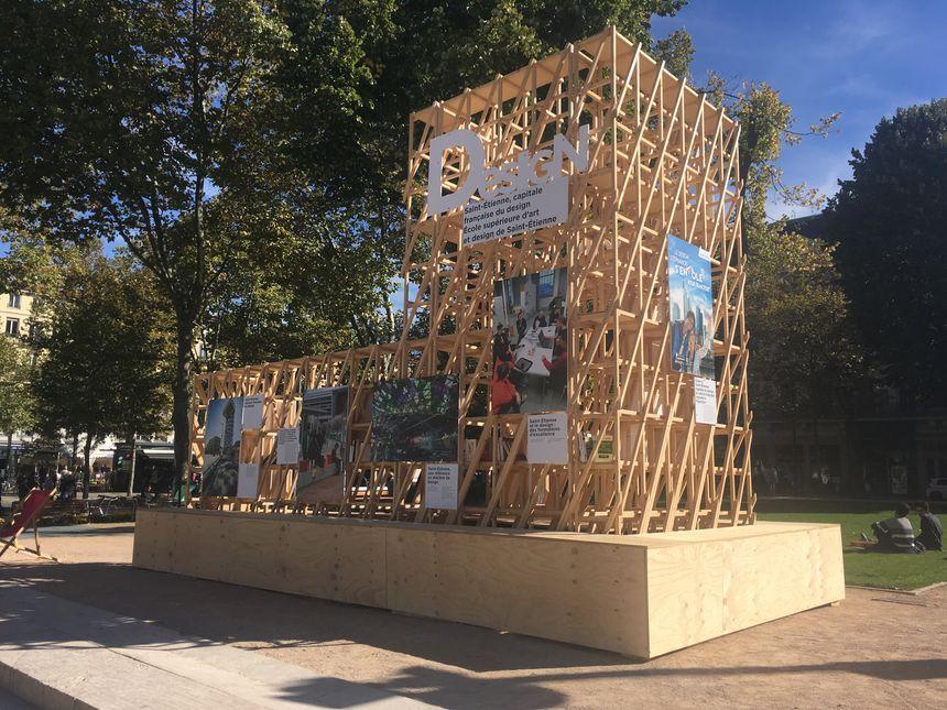 Le Pavillon français est structuré par ces tasseaux, aperçu montré lors de la Fête du Livre place Jean-Jaurès le week-end dernier.