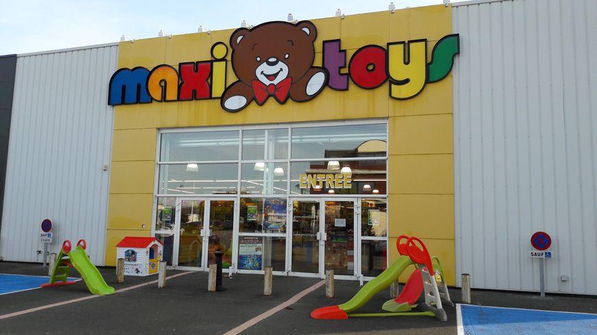 Laval L Enseigne De Jouet Maxi Toys Baissera Le Rideau