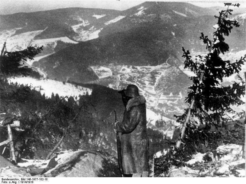 Un soldat allemand contemple la vallée depuis le Hartmannswillerkopf.