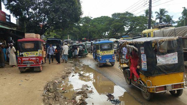 Les routes du Bangladesh, embouteillées, cabossées et boueuses quand vient la pluie, ne facilitent pas le travail des ONG