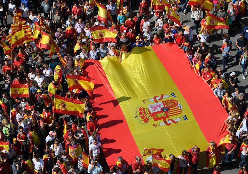 Selon la police municipale, 350.000 personnes ont participé à la manifestation anti-indépendance, ce dimanche, à Barcelone. 930 à 950.000 selon les organisateurs.