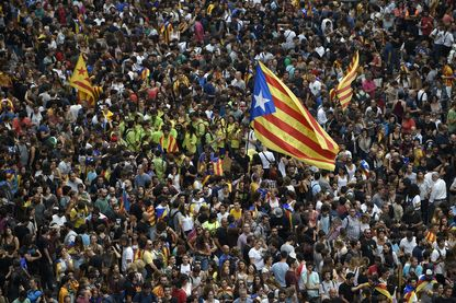"""Un drapeau catalan de """"Estelada"""" en faveur de la indépendance pendant une manifestation à Barcelone."""