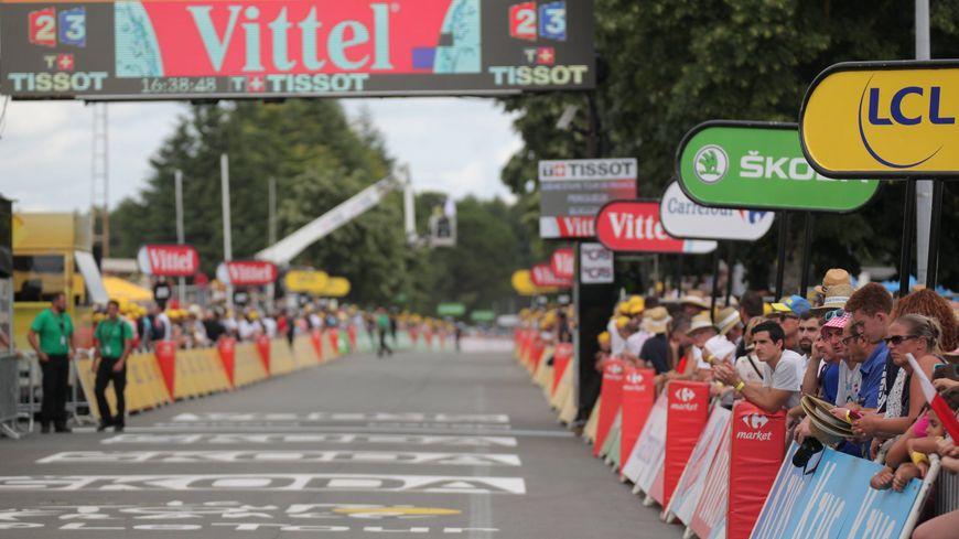 Les villes qui accueillent une arrivée du Tour du France espèrent toujours d'importantes retombées économiques.
