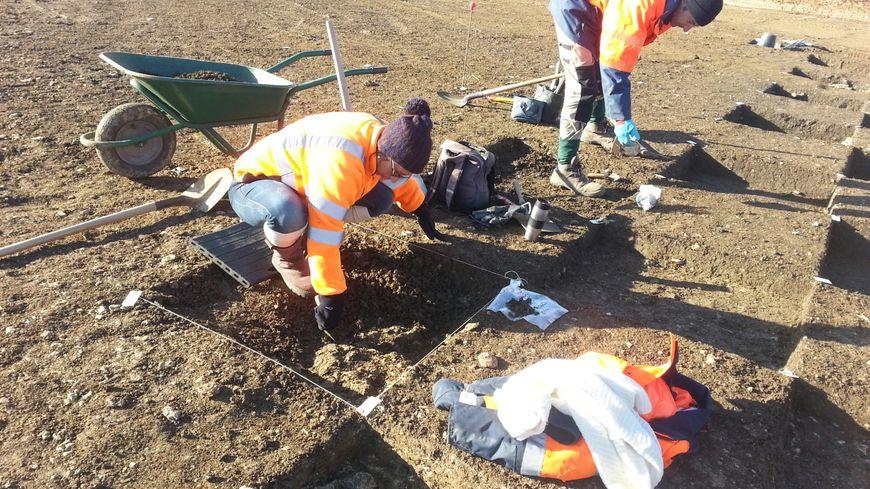 Les archéologues fouillent depuis le mois d'octobre à Vasselay, près de Bourges, sur le tracé de la future rocade Nord-Ouest.