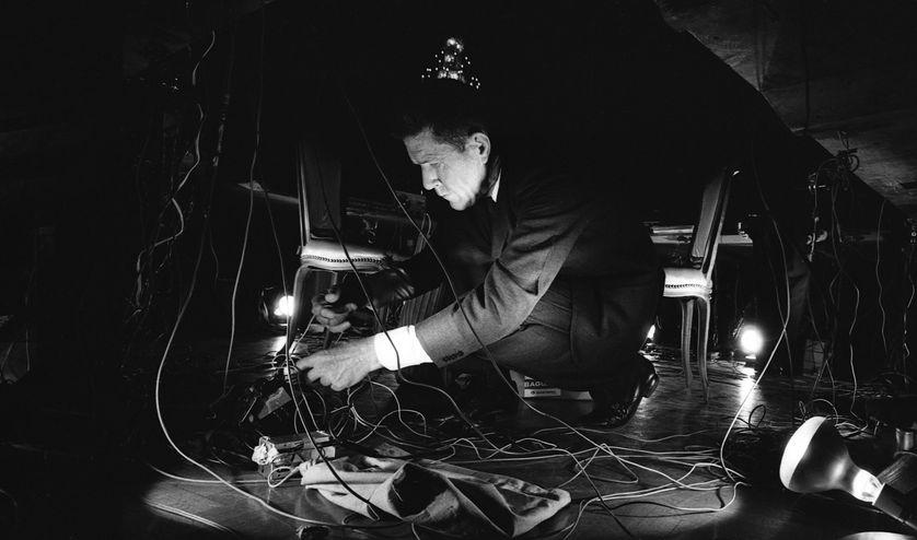Le compositeur John Cage durant son concert pour l'ouverture du National Arts Foundation, Washington DC, 1966