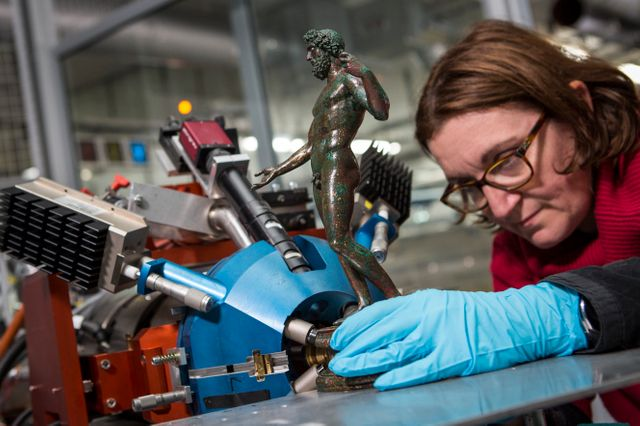 Les statuettes du trésor des bronzes de Bavay sont analysées avec Aglaé