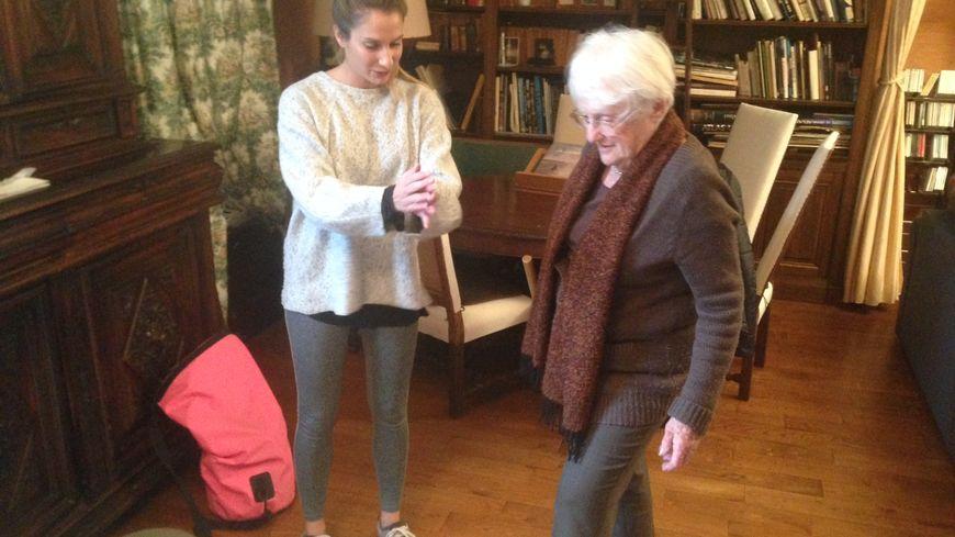 Margaux avec sa cliente du jour : Geneviève, 85 ans, tombée à plusieurs reprises. Elle a besoin d'une rééducation adaptée