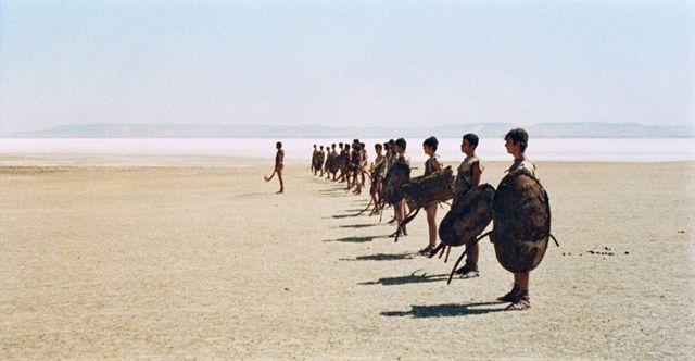 Scène de Jason et ses hommes sur la plage dans Médée de Pier Paolo Pasolini