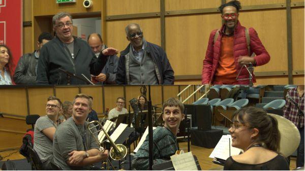 Le légendaire jazzman Ahmad Jamal rend une visite surprise aux musiciens de l'Euroradio Jazz Orchestra dans le studio 106 de la Maison de la Radio