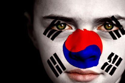 Portrait d'un garçon avec le drapeau de la Corée du Sud sur son visage