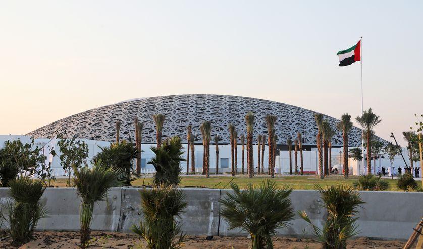 L'enveloppe de départ pour la construction s'élevait à 600 millions d'euros, payés entièrement par les Emirats, mais le chantier a pris trois ans de retard.