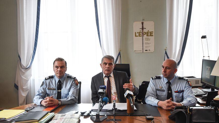 Dominique Alzéari, procureur de la République de Mulhouse et les gendarmes en charge de l'enquête.
