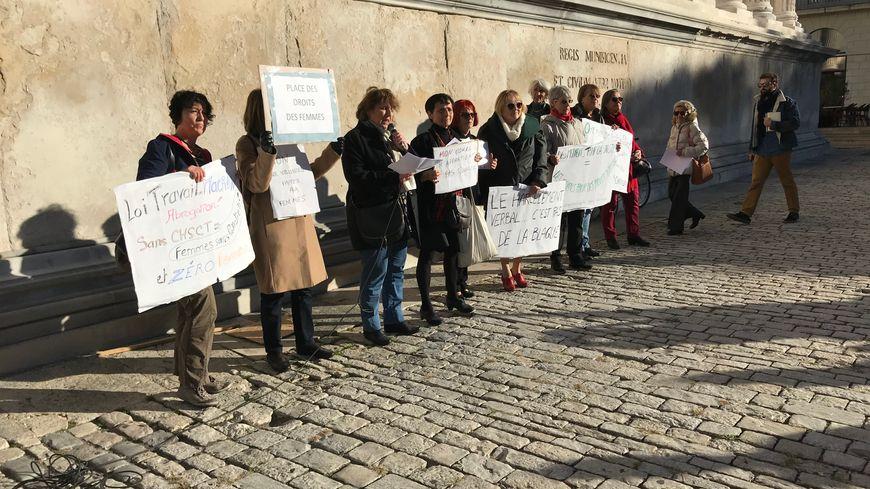 La manifestation devant la Maison Carrée