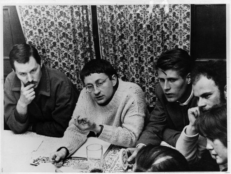 Troisième congrès de l'Internationale situationniste à Munich, avril 1959 : Guy Debord entouré de Lothar Fischer et Har Oudejans.