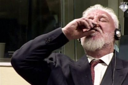 Extrait d'une image en direct de la Cour pénale internationale de l'ancien général croate Slobodan Praljak avalant ce qui est considéré comme un poison, lors de son jugement devant le tribunal des Nations Unies.