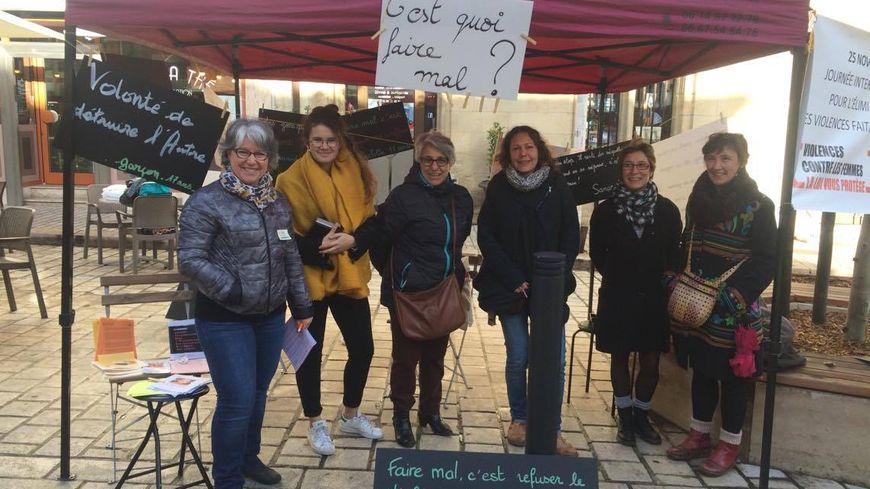 Une dizaine de bénévoles qui luttent contre les violences faites aux femmes étaient présentes devant l'ancien hôtel de ville de Périgueux.