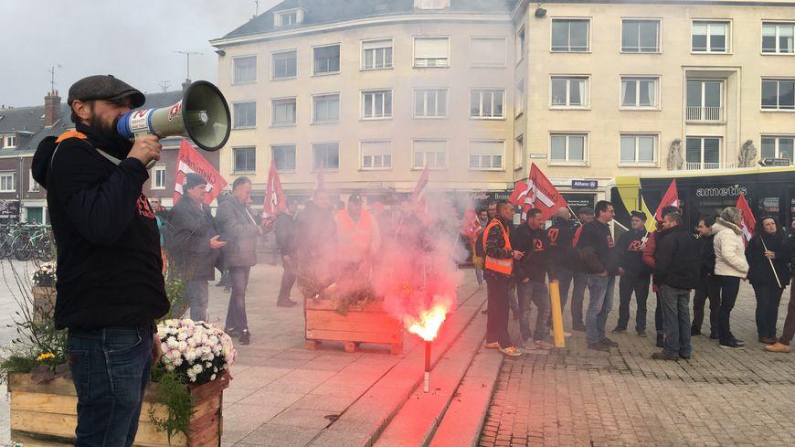 Les manifestants se sont donnés rendez-vous devant la maison de la culture avant de défiler dans le centre ville d'Amiens